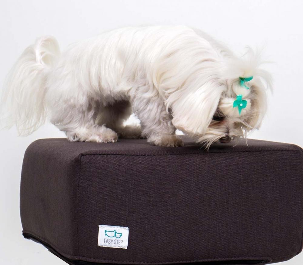 Cubo Easy Step con funda de color chocolate con perro blanco encima