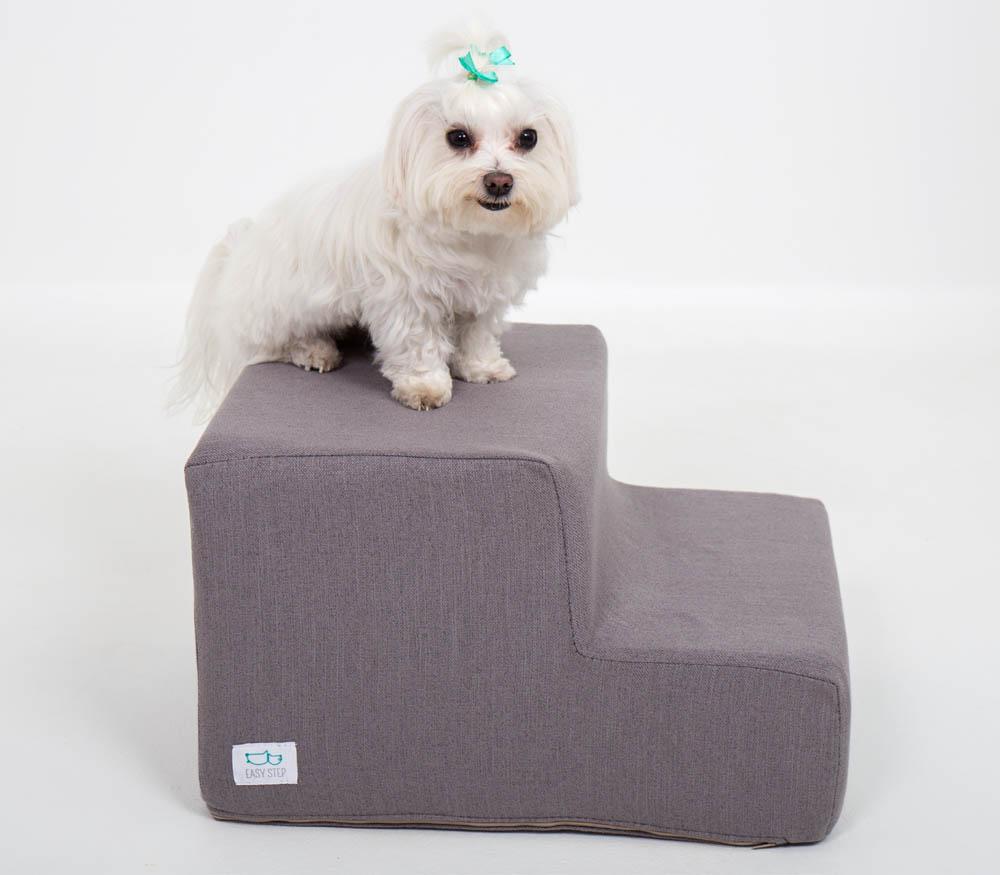 Perro blando sobre escalera gris para mascotas