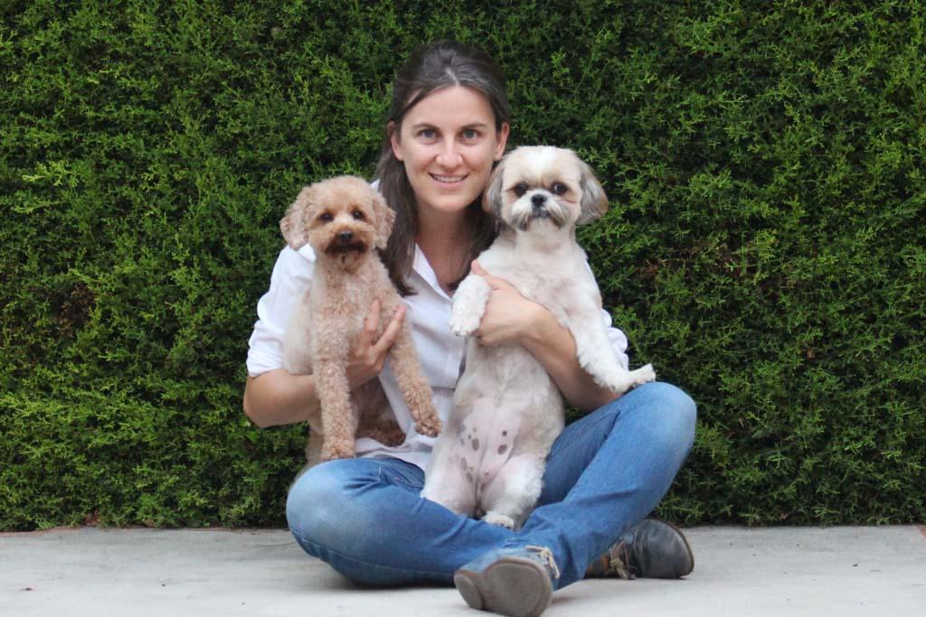 Fundadora de Easy Step posa con sus perras