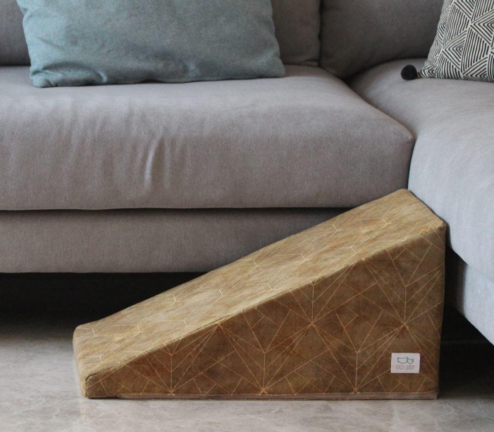 Rampa para mascotas delante de un moderno sofá