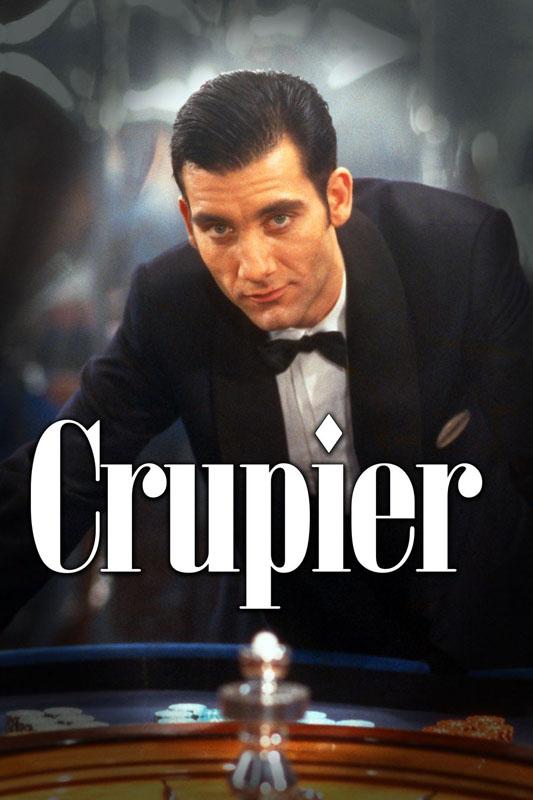Un hombre vestido con traje chaqueta y pajarita está detrás de una ruleta de casino