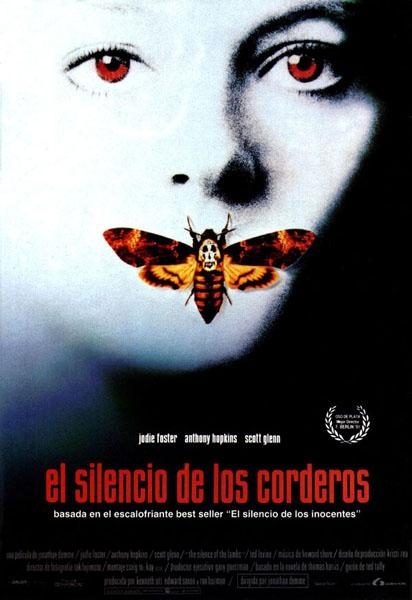 Una chica de tez blanca aparece con una mariposa en la boca. La mariposa tiene una calavera pintada en el lomo
