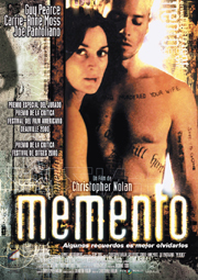 Un hombre con el cuerpo tatuado con mensajes posa ante un espejo conuna mujer con una herida en el labio