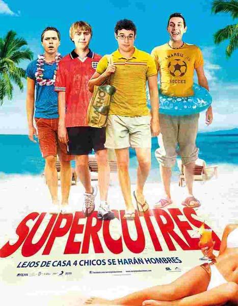 Cuatro chicos caminan por la playa con aspecto peculiar