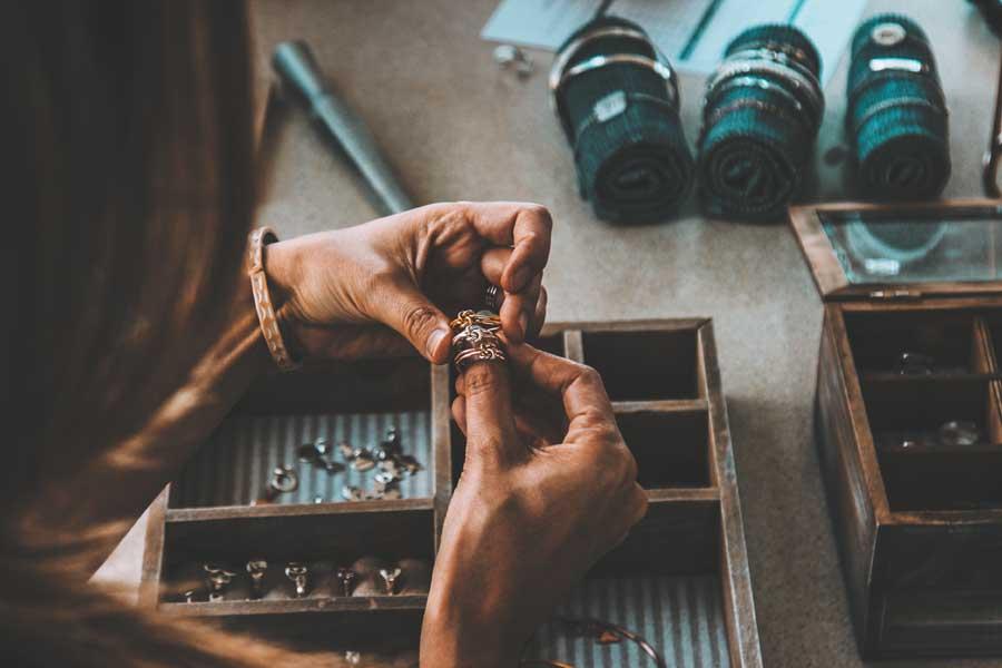 Mujer elabora joyas artesanales en su taller