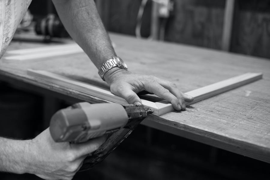 Manos de hombre trabajan la madera de forma artesanal